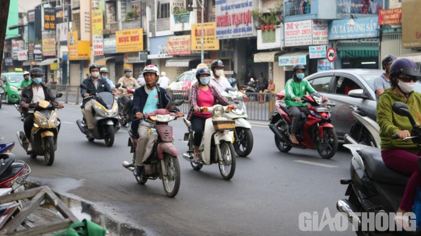 Xe may cu nat nhan nhan long hanh tren pho Ha Noi-Hinh-8