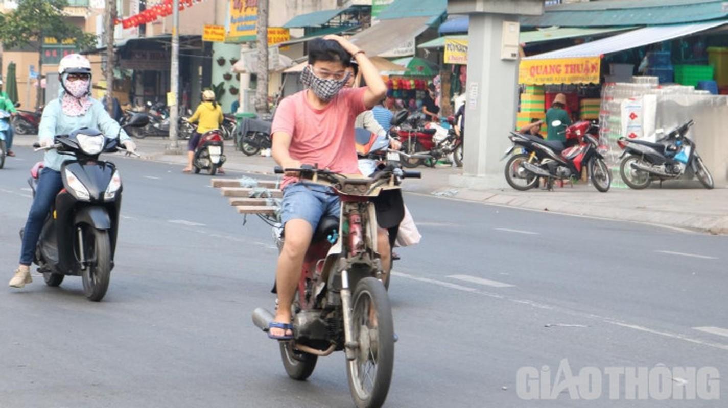 Xe may cu nat nhan nhan long hanh tren pho Ha Noi-Hinh-9