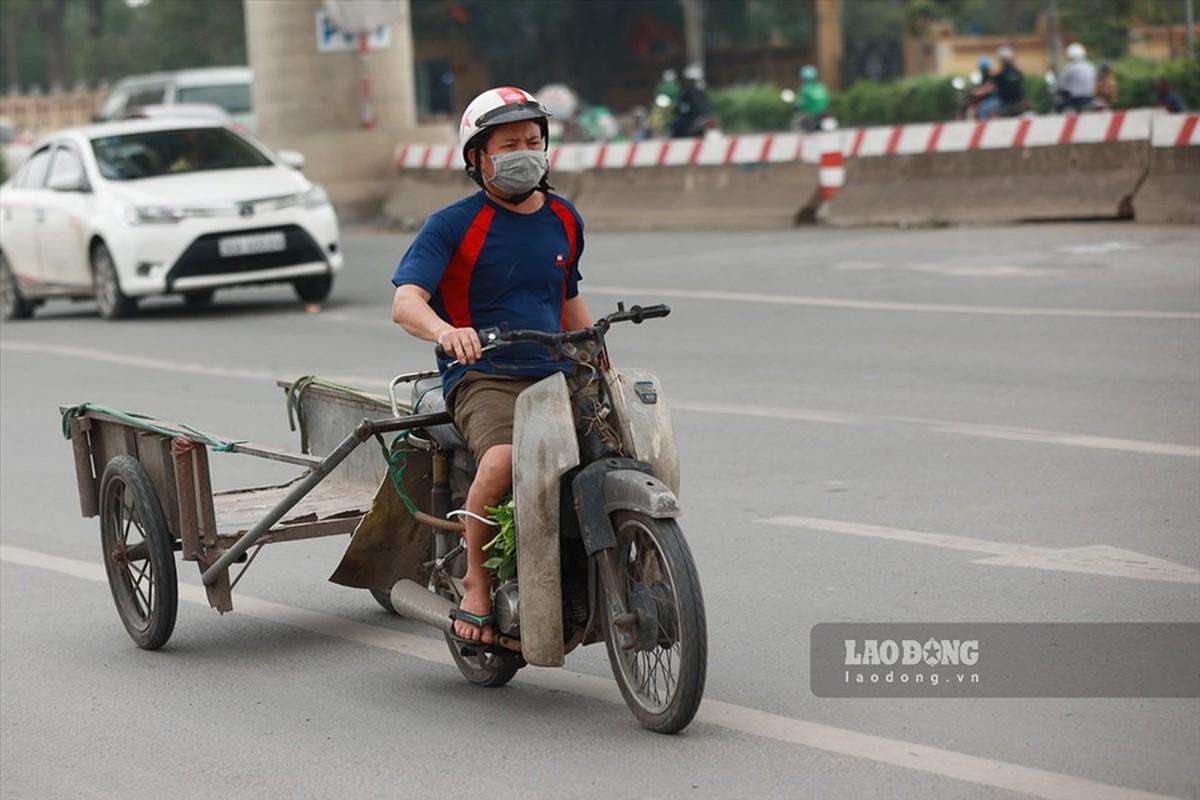 Xe may cu nat nhan nhan long hanh tren pho Ha Noi