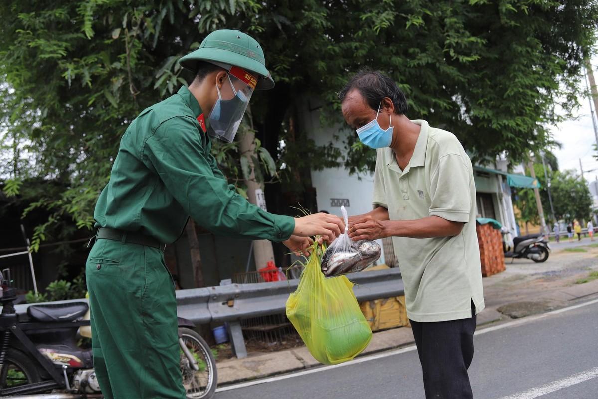 Bo doi ho tro tan nha, nguoi dan TP HCM an tam chong dich-Hinh-4
