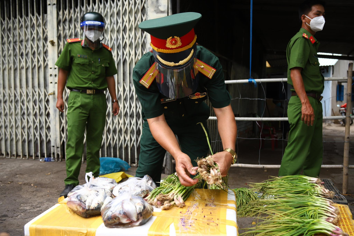 Bo doi ho tro tan nha, nguoi dan TP HCM an tam chong dich
