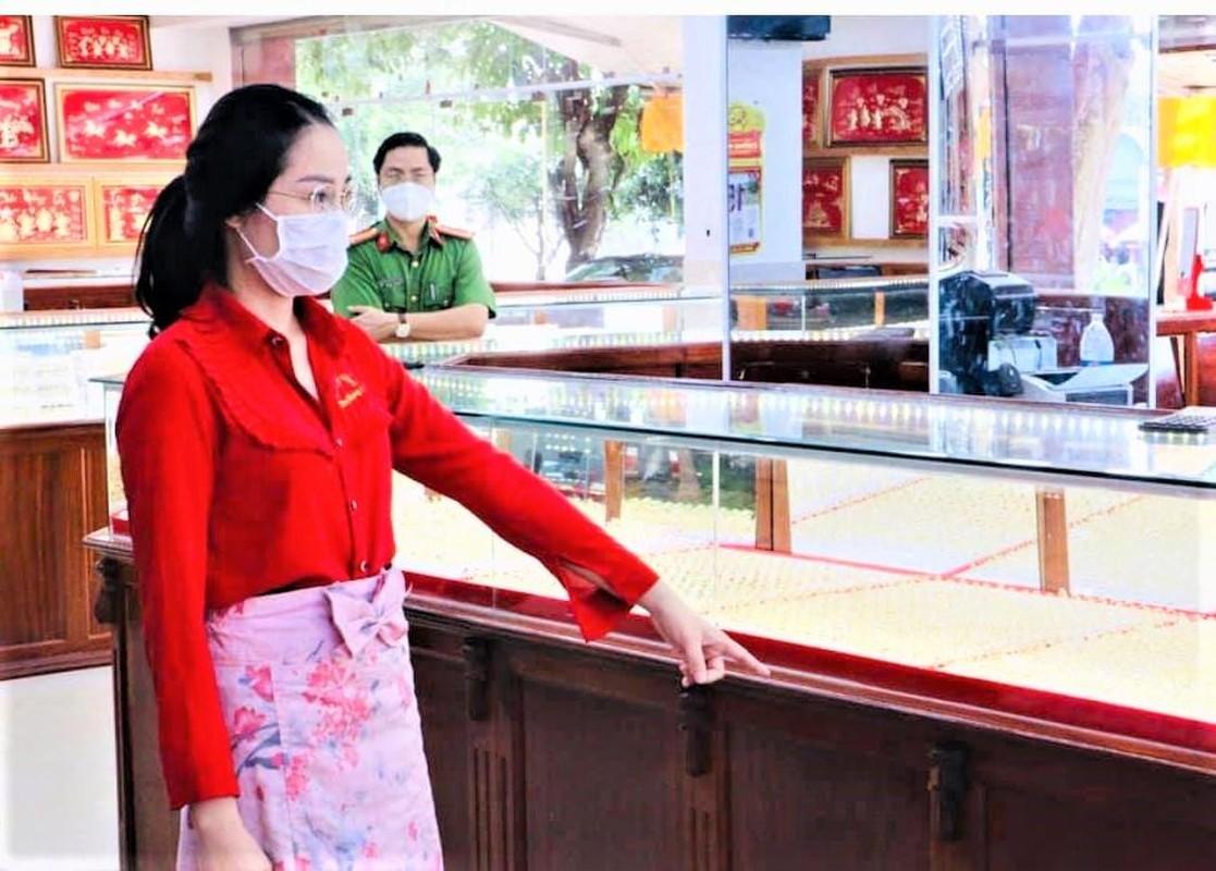 Tin nong 22/9: Loi khai nu nhan vien trom gan 10kg vang