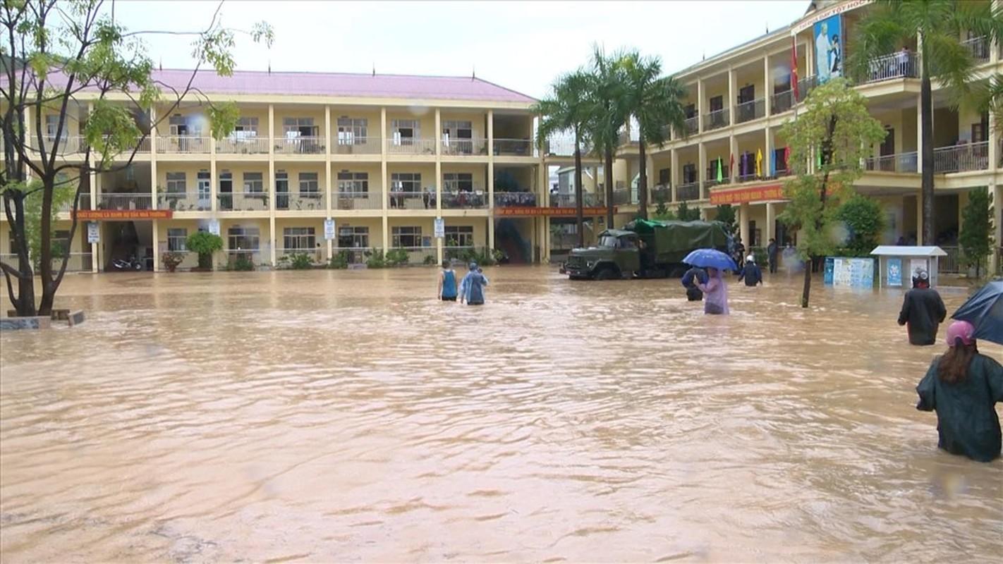 Canh bao mua mua lu: Hoc sinh Quang Ninh dung chau de chay lu-Hinh-2