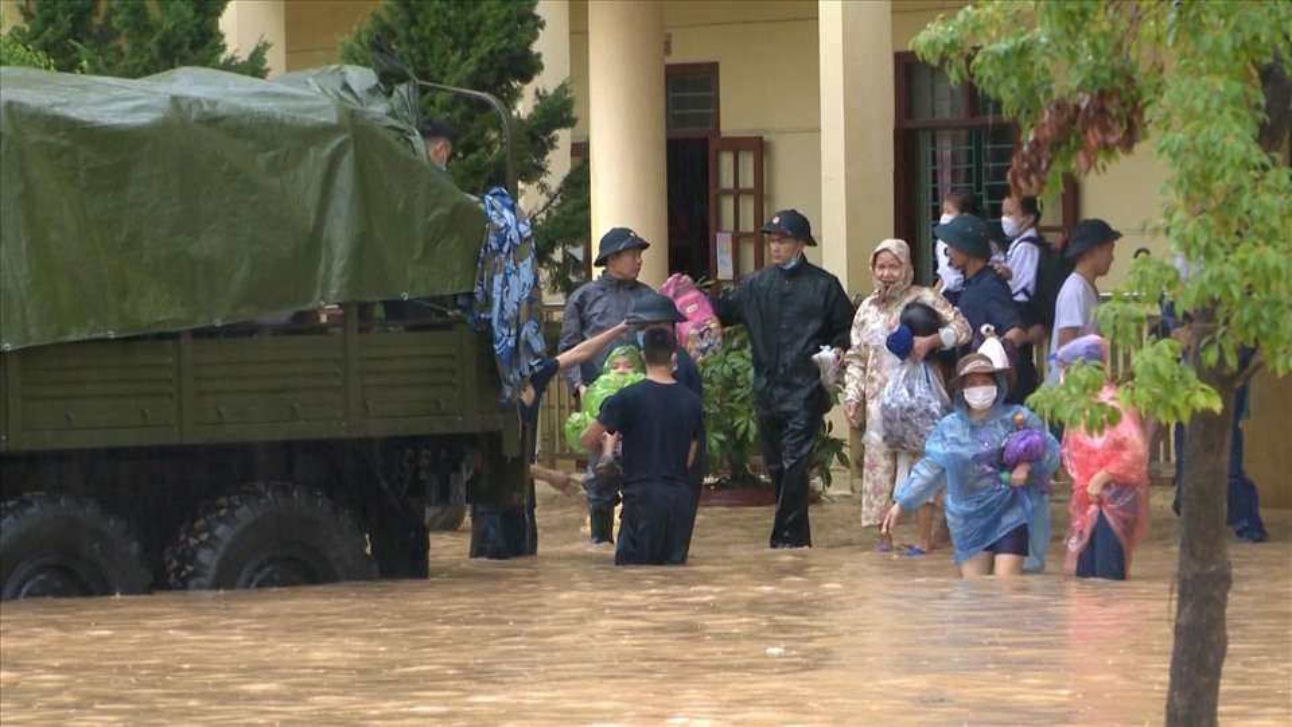 Canh bao mua mua lu: Hoc sinh Quang Ninh dung chau de chay lu-Hinh-3