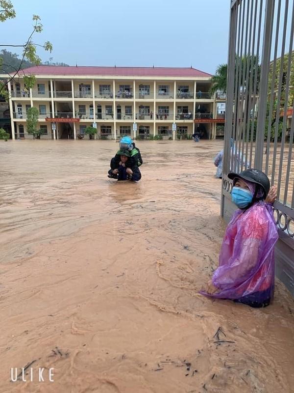Canh bao mua mua lu: Hoc sinh Quang Ninh dung chau de chay lu-Hinh-7