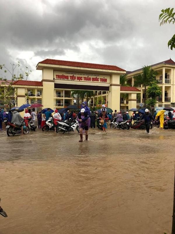 Canh bao mua mua lu: Hoc sinh Quang Ninh dung chau de chay lu