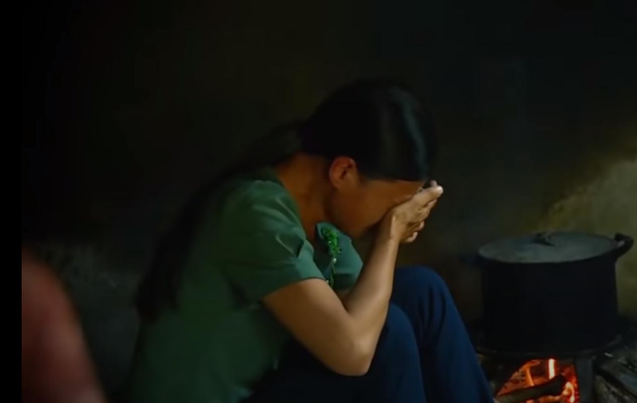 Phia sau ban an: Be gai bi bong den duoi gam giuong cuong buc, sat hai-Hinh-11