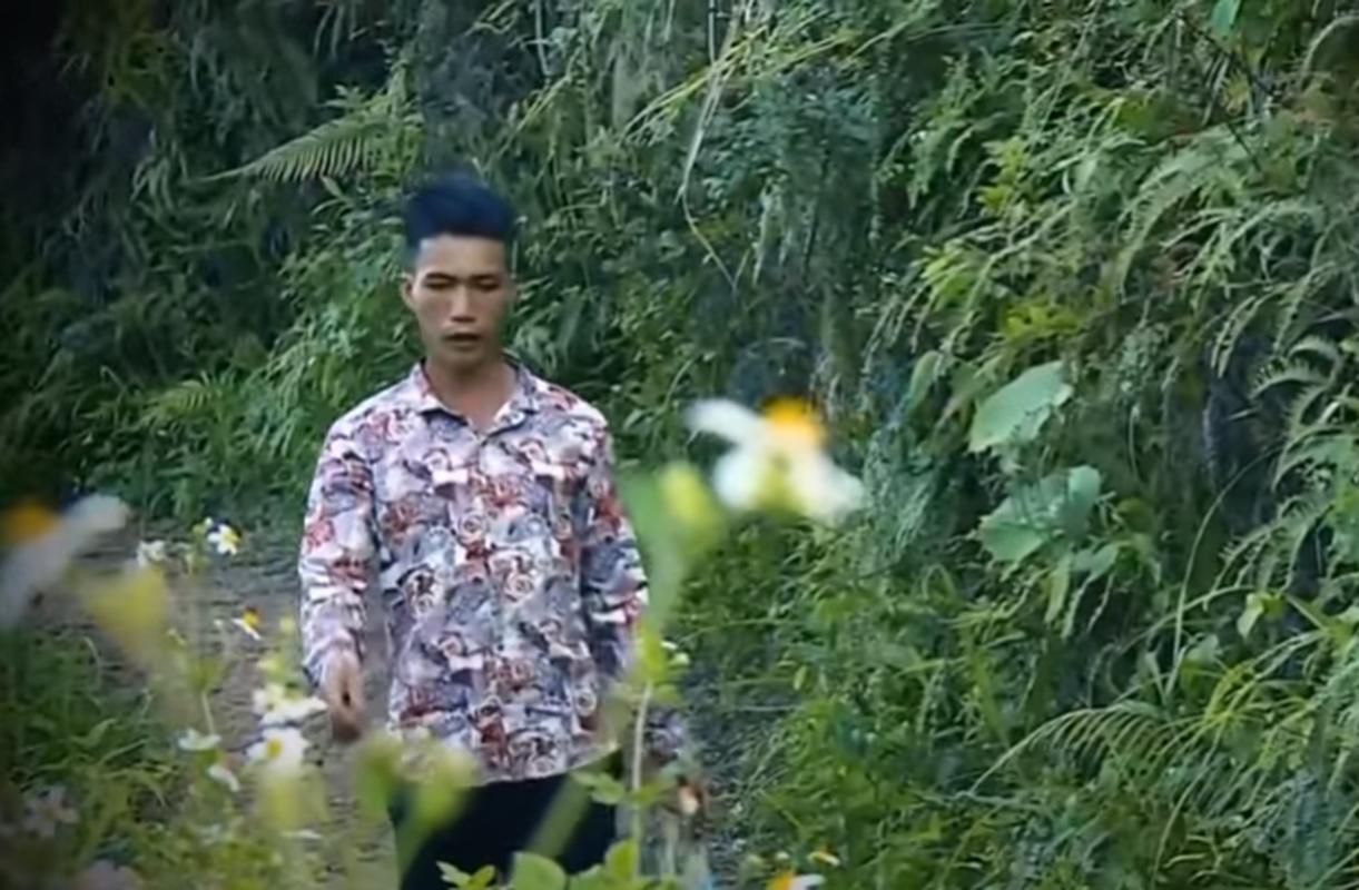 Phia sau ban an: Be gai bi bong den duoi gam giuong cuong buc, sat hai-Hinh-12