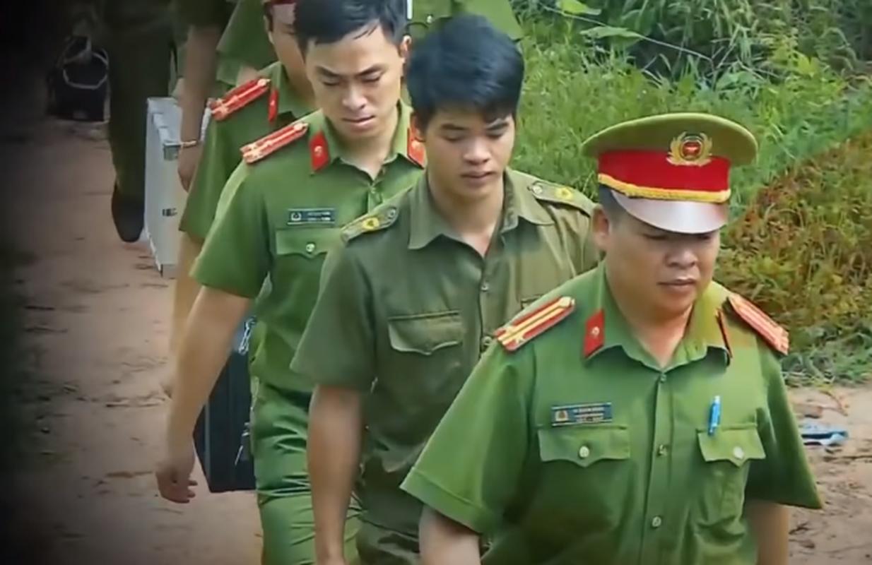 Phia sau ban an: Be gai bi bong den duoi gam giuong cuong buc, sat hai-Hinh-6