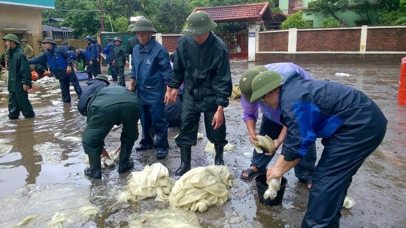 Can canh cuu cay xang bi ro ri trong mua lu o Quang Ninh-Hinh-10