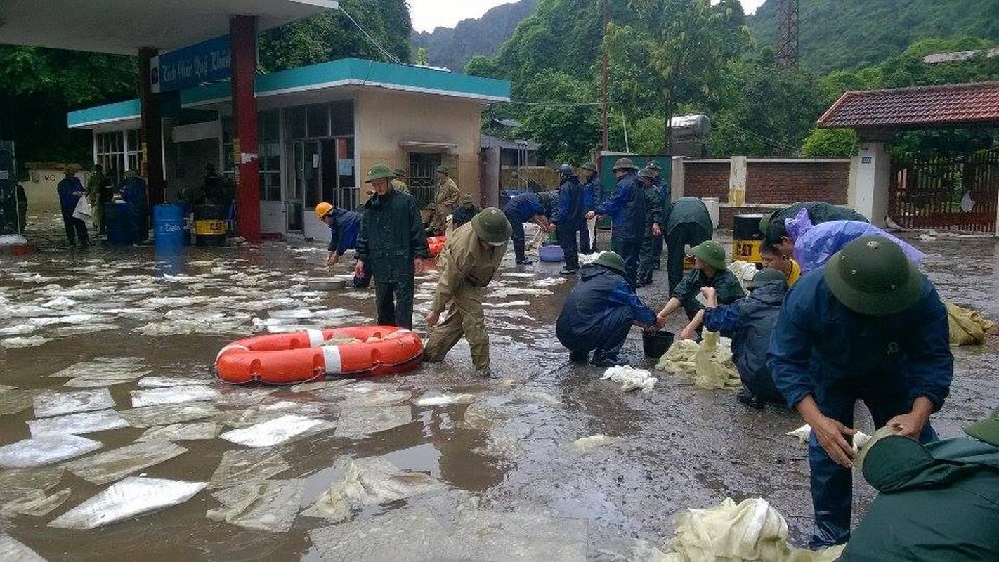 Can canh cuu cay xang bi ro ri trong mua lu o Quang Ninh-Hinh-11