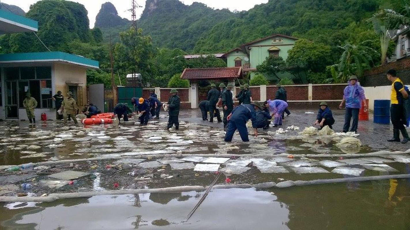 Can canh cuu cay xang bi ro ri trong mua lu o Quang Ninh-Hinh-12