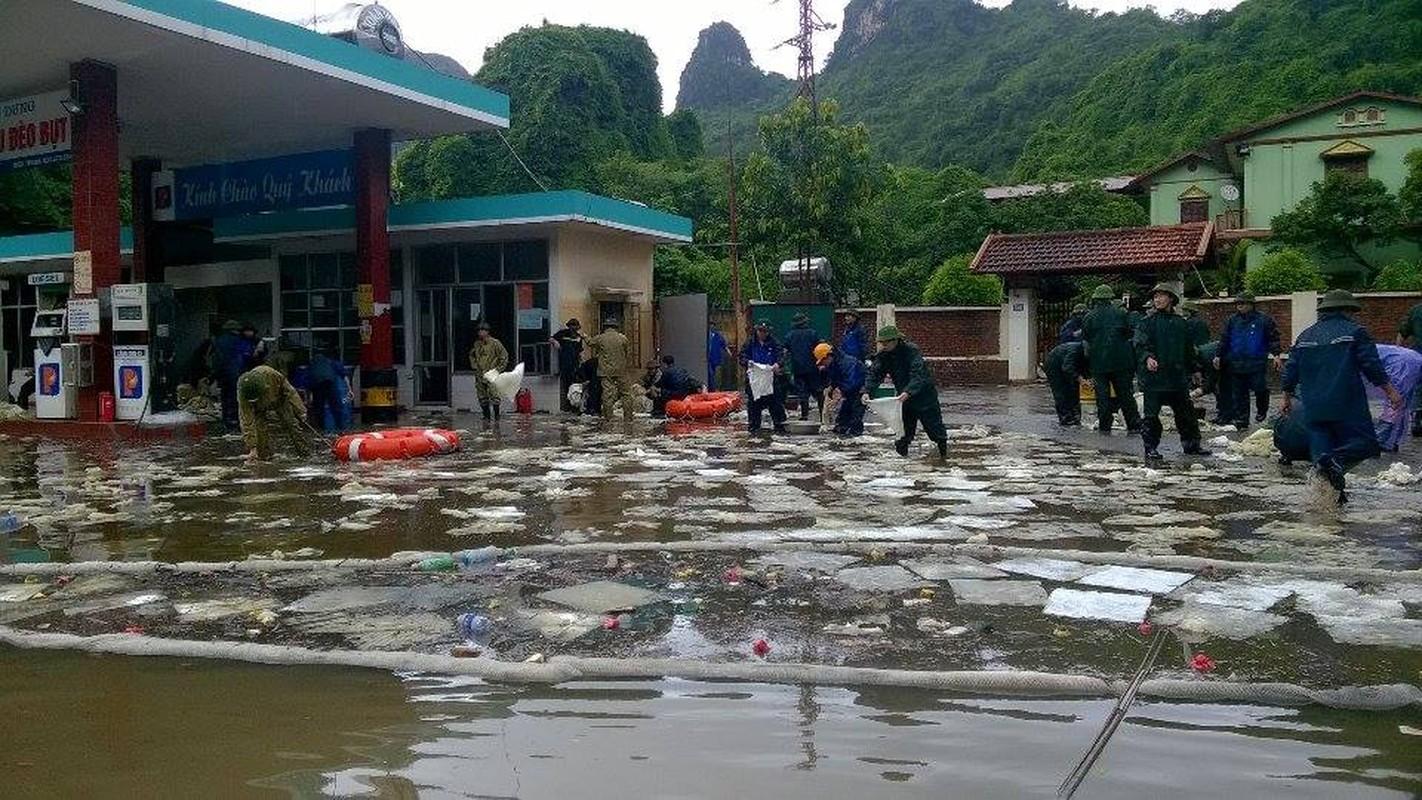 Can canh cuu cay xang bi ro ri trong mua lu o Quang Ninh-Hinh-3
