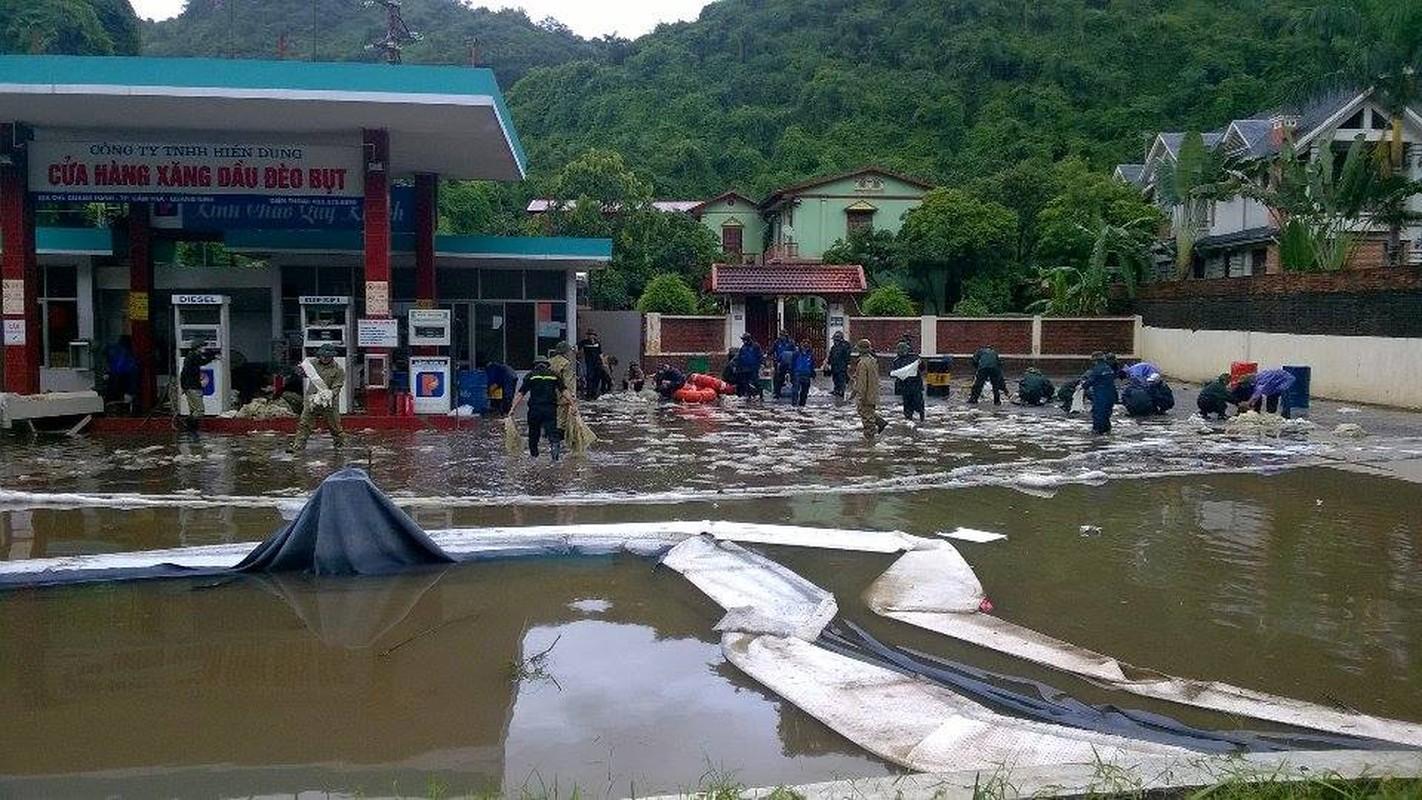 Can canh cuu cay xang bi ro ri trong mua lu o Quang Ninh-Hinh-5