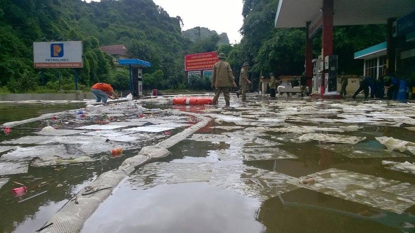Can canh cuu cay xang bi ro ri trong mua lu o Quang Ninh-Hinh-6