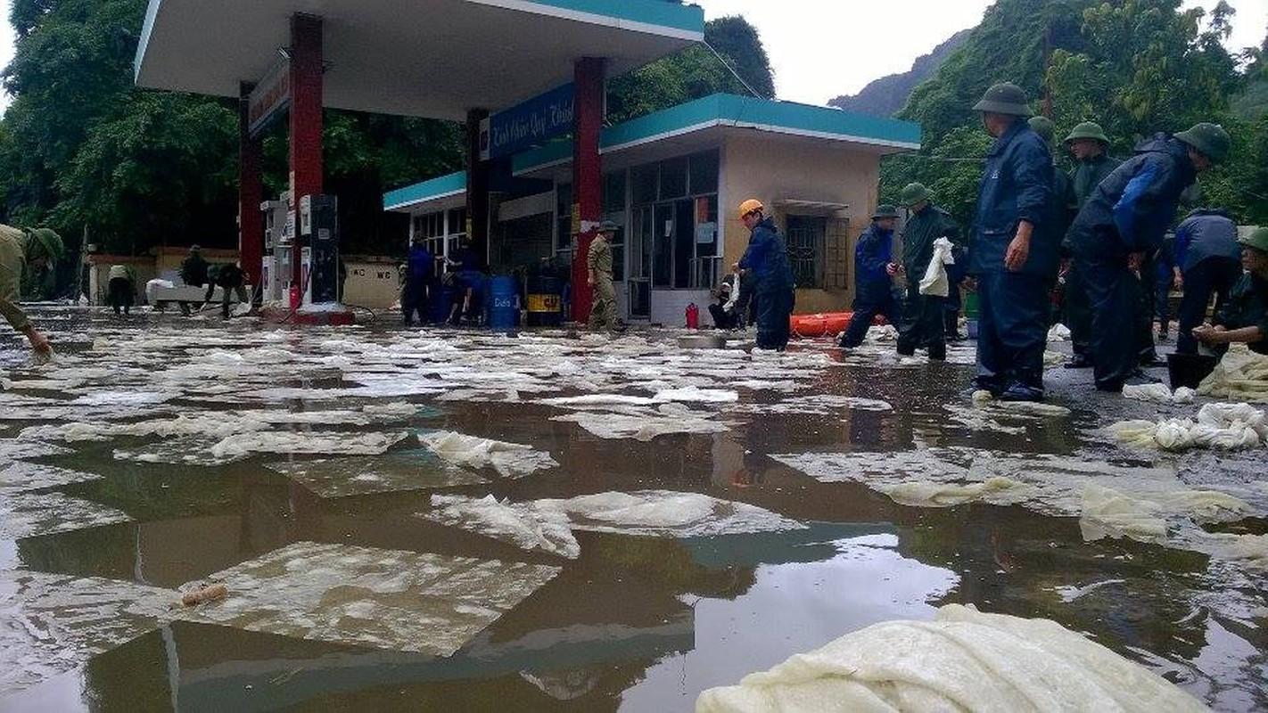 Can canh cuu cay xang bi ro ri trong mua lu o Quang Ninh-Hinh-7