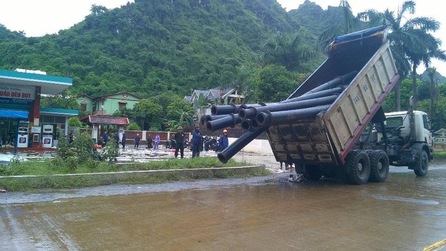 Can canh cuu cay xang bi ro ri trong mua lu o Quang Ninh-Hinh-9