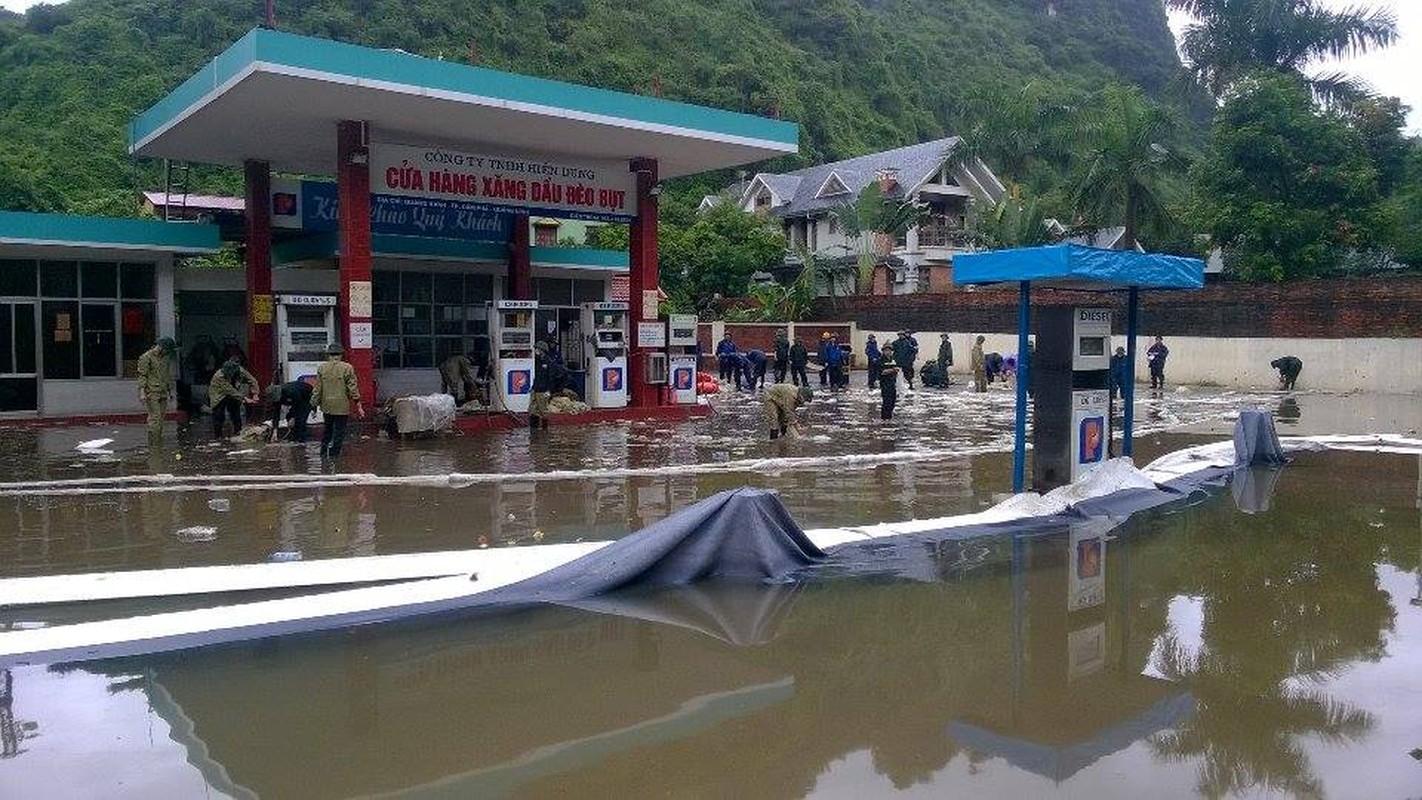 Can canh cuu cay xang bi ro ri trong mua lu o Quang Ninh