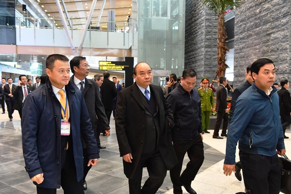 Thu tuong Nguyen Xuan Phuc di chuyen bay dau tien xuong Van Don-Hinh-8