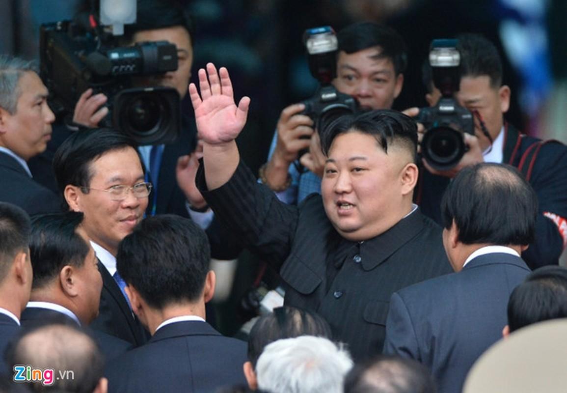 Anh: Ong Kim Jong-un vay tay chao nguoi dan tai ga Dong Dang truoc khi ve nuoc-Hinh-11