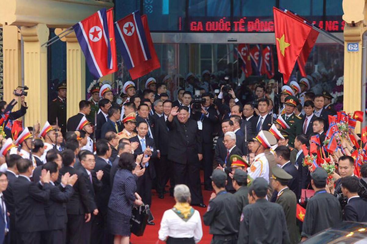 Anh: Ong Kim Jong-un vay tay chao nguoi dan tai ga Dong Dang truoc khi ve nuoc-Hinh-12