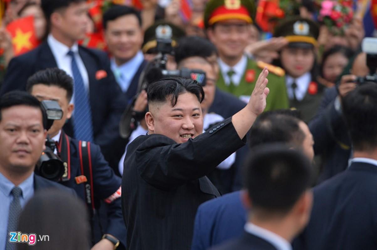 Anh: Ong Kim Jong-un vay tay chao nguoi dan tai ga Dong Dang truoc khi ve nuoc-Hinh-9