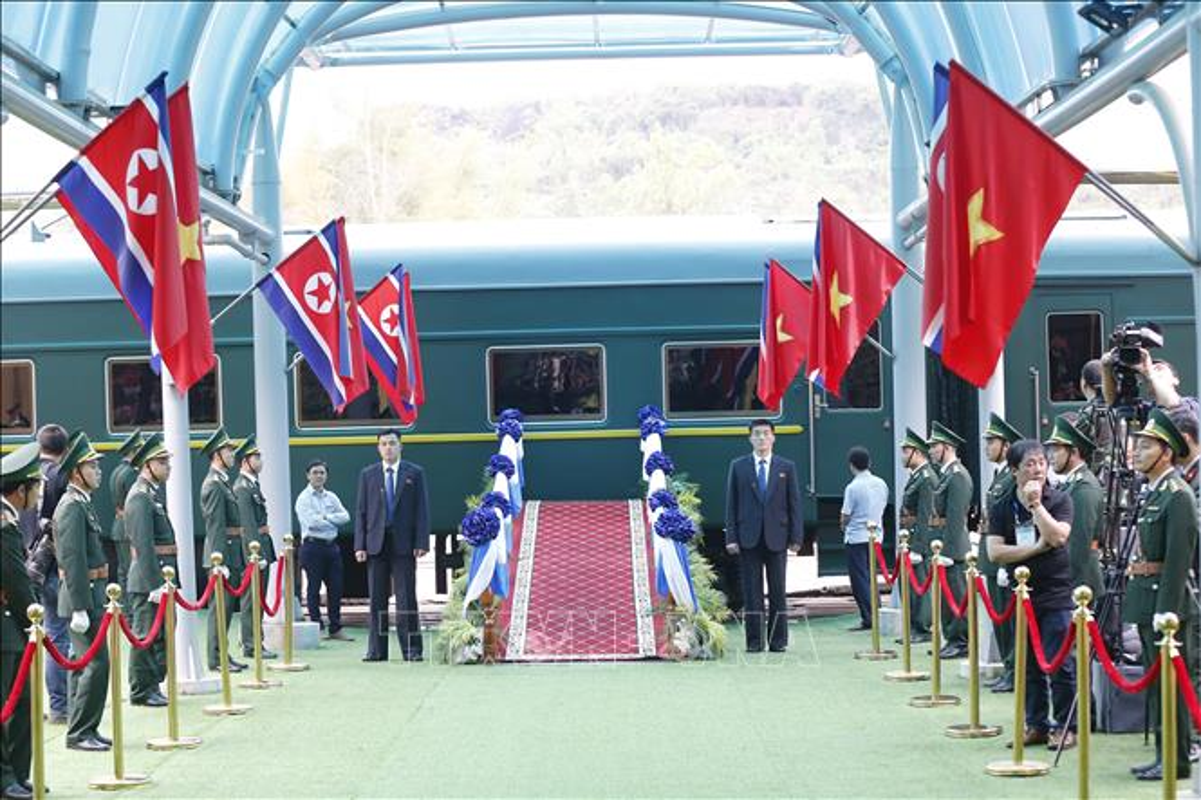 Anh: Ong Kim Jong-un vay tay chao nguoi dan tai ga Dong Dang truoc khi ve nuoc-Hinh-8