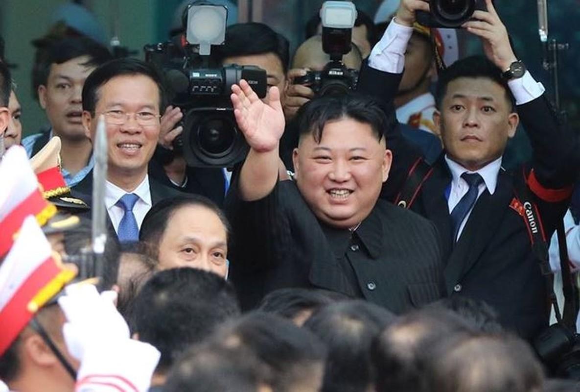 Anh: Ong Kim Jong-un vay tay chao nguoi dan tai ga Dong Dang truoc khi ve nuoc