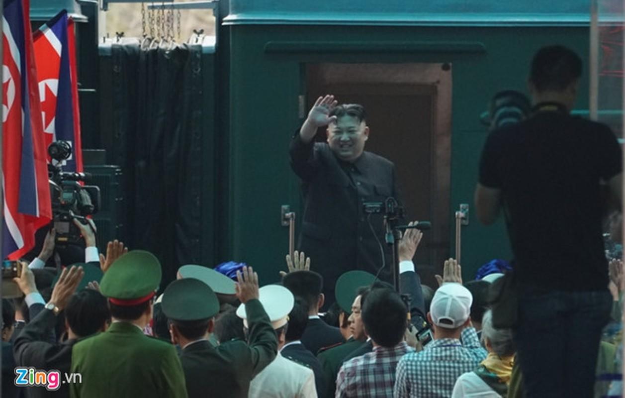 Anh: Ong Kim Jong-un vay tay chao nguoi dan tai ga Dong Dang truoc khi ve nuoc-Hinh-13