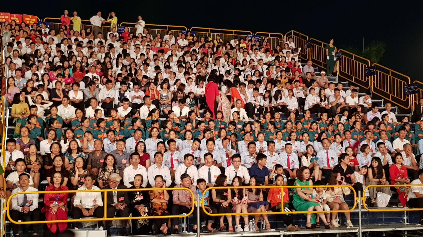 Hang van nguoi du le cong bo quyet dinh TP Hai Duong dat tieu chi do thi loai I-Hinh-13