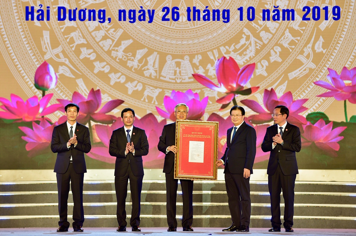 Hang van nguoi du le cong bo quyet dinh TP Hai Duong dat tieu chi do thi loai I-Hinh-3