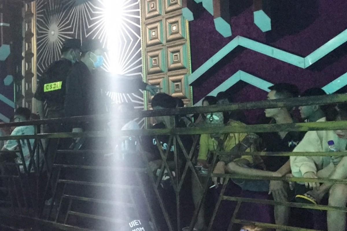 Tin nong ngay 29/11: Bao ve truong hiep dam be 8 tuoi-Hinh-2