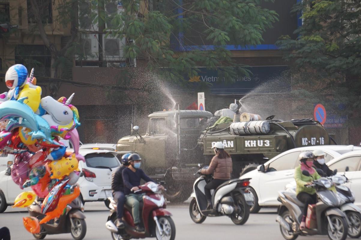Anh: Xe chuyen dung phun hoa chat phong COVID-19 tren pho Hai Phong-Hinh-10