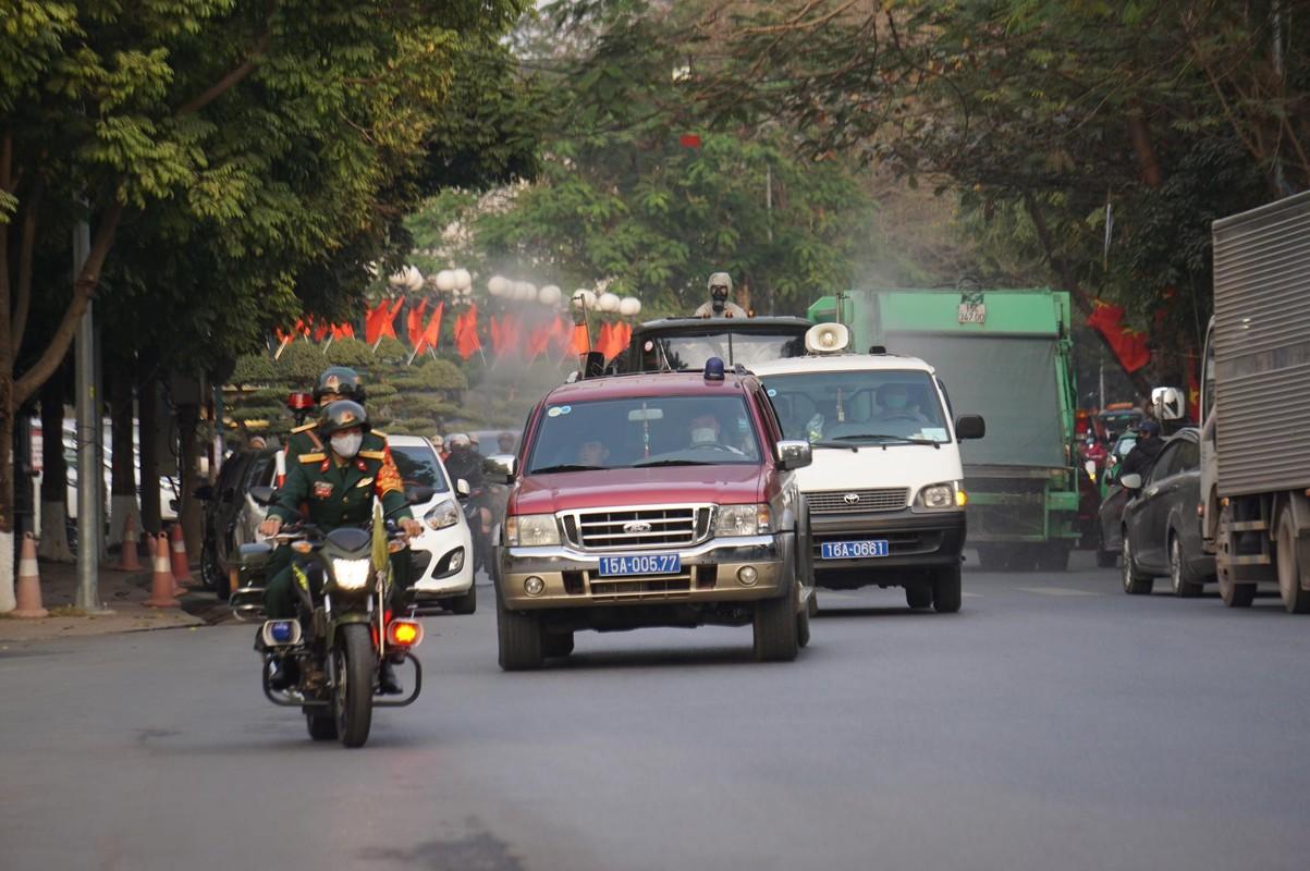 Anh: Xe chuyen dung phun hoa chat phong COVID-19 tren pho Hai Phong-Hinh-11