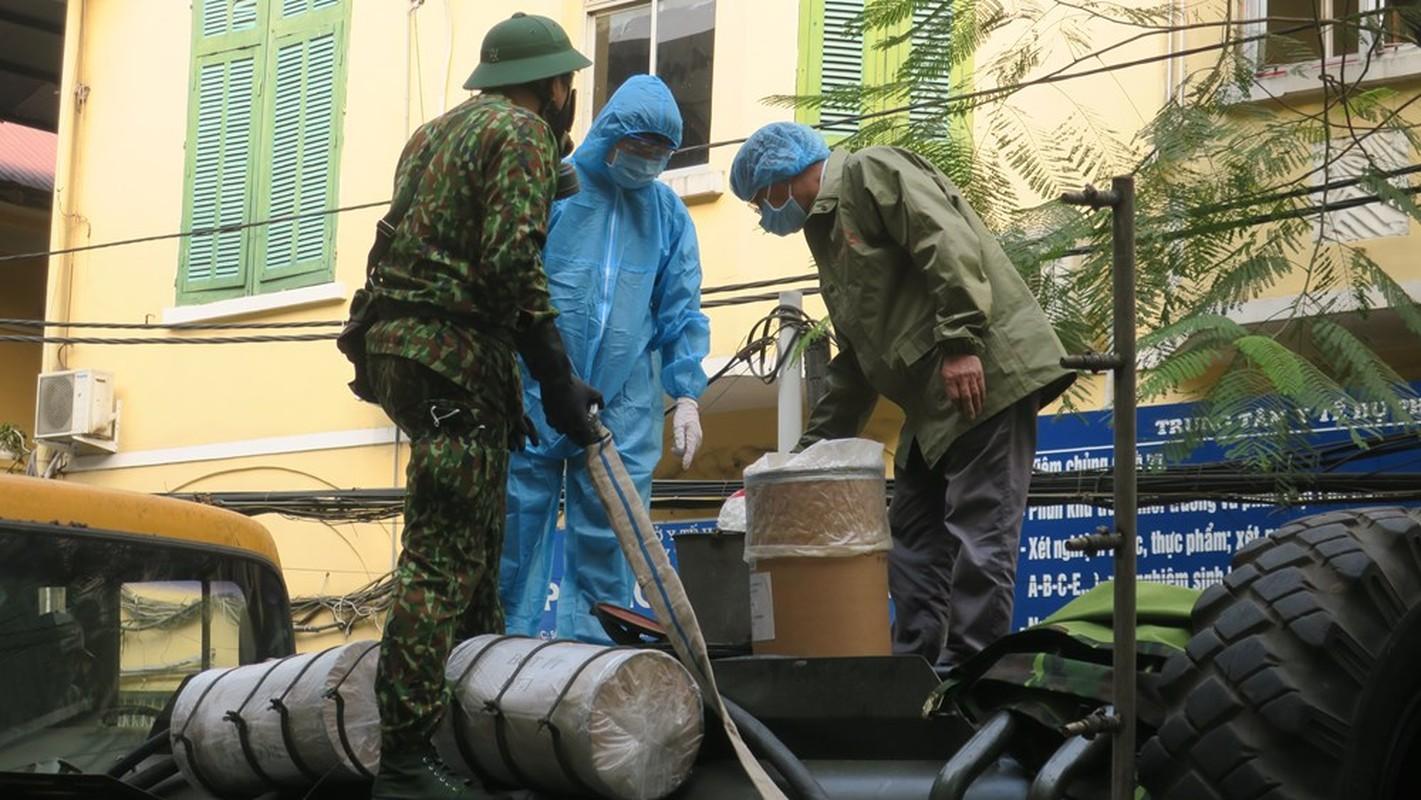 Anh: Xe chuyen dung phun hoa chat phong COVID-19 tren pho Hai Phong-Hinh-2