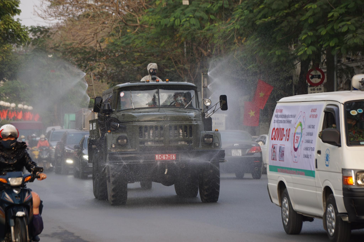 Anh: Xe chuyen dung phun hoa chat phong COVID-19 tren pho Hai Phong-Hinh-6