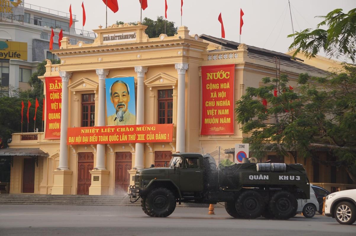 Anh: Xe chuyen dung phun hoa chat phong COVID-19 tren pho Hai Phong