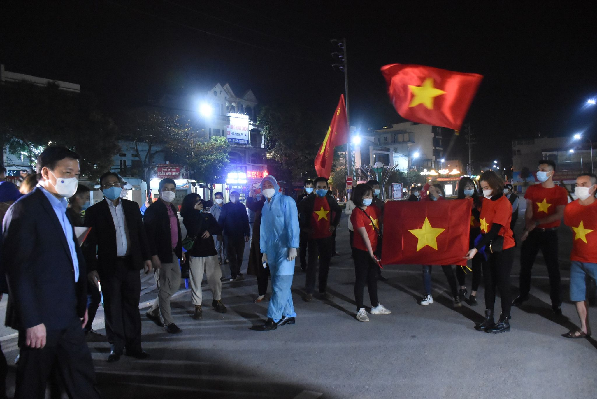 """Nguoi dan Chi Linh ho vang """"chien thang"""", TP.Hai Duong """"an mung"""" het cach ly xa hoi-Hinh-5"""