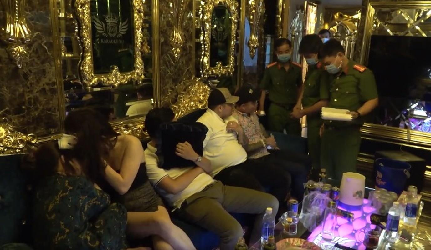 Hien truong 22 nguoi duong tinh ma tuy tai Karaoke XO tung xay ra no sung-Hinh-4