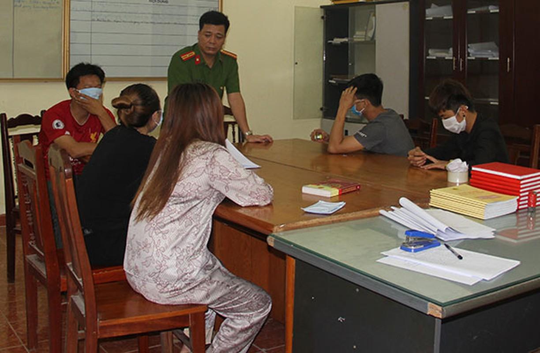 Tin nong ngay 27/4: Ga tiep vien nu bat thanh, danh nhan vien karaoke-Hinh-6
