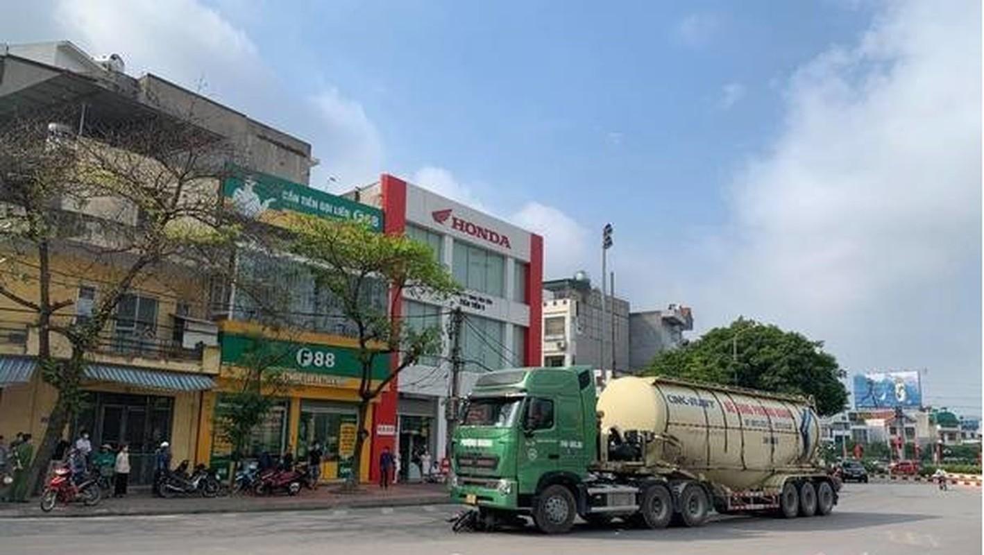 Xe bon Phuong Hoang va cham xe mo to, nguoi dan ong tu vong-Hinh-2