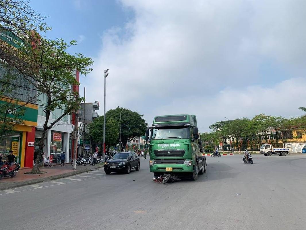 Xe bon Phuong Hoang va cham xe mo to, nguoi dan ong tu vong-Hinh-3