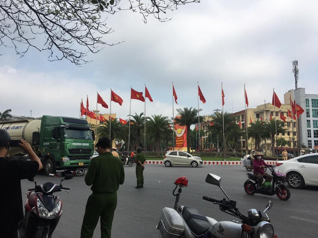 Xe bon Phuong Hoang va cham xe mo to, nguoi dan ong tu vong-Hinh-7