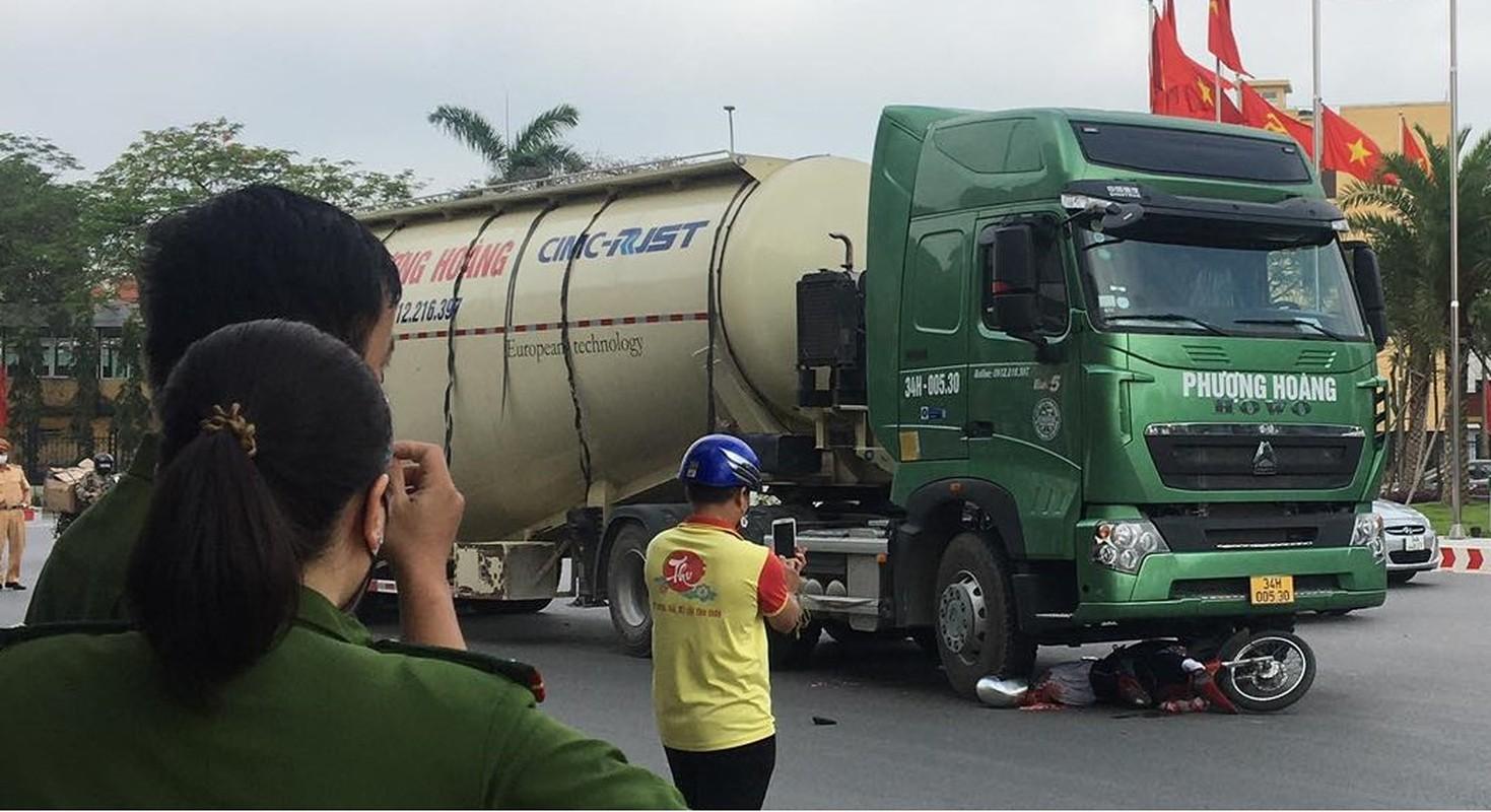 Xe bon Phuong Hoang va cham xe mo to, nguoi dan ong tu vong