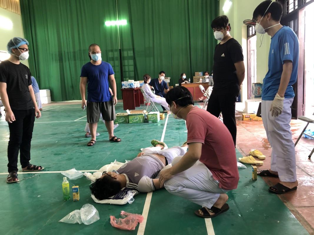 Nang nong 40 do: Xuc dong nhan vien y te tam dich doi nuoc da len nguoi lam mat-Hinh-3