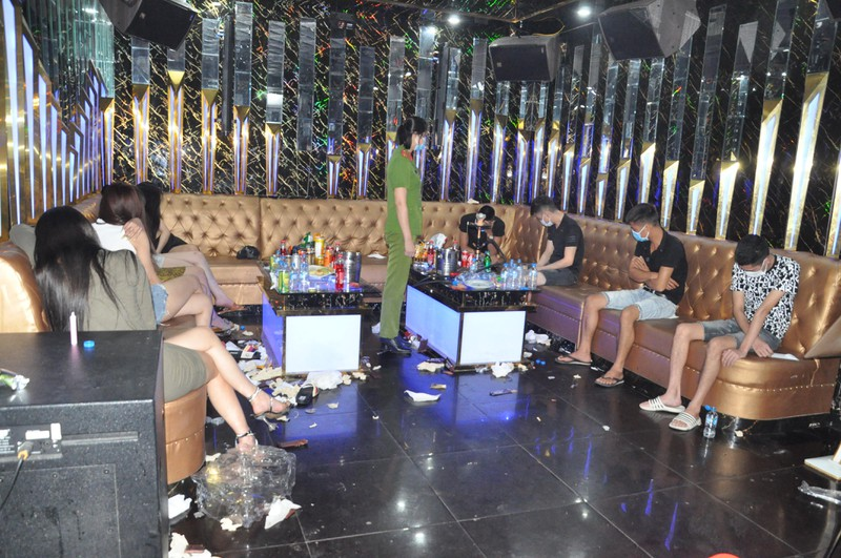 Dot kich Karaoke Bad Boy, hon 40 doi tuong duong tinh ma tuy-Hinh-3