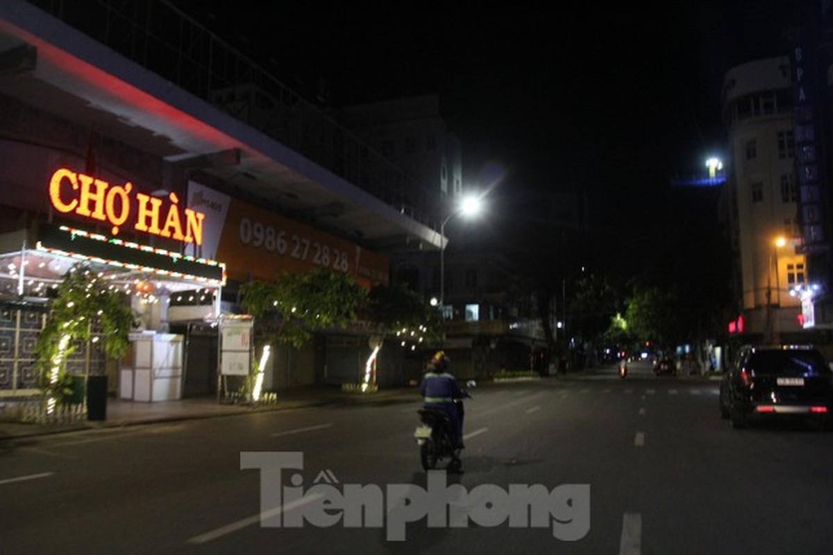 Can canh Da Nang lap nhieu chot kiem tra 'ly do ra duong' sau 18 gio-Hinh-10