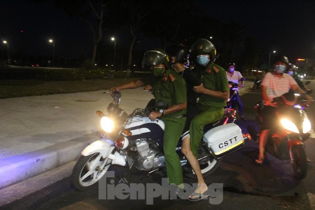 Can canh Da Nang lap nhieu chot kiem tra 'ly do ra duong' sau 18 gio-Hinh-7