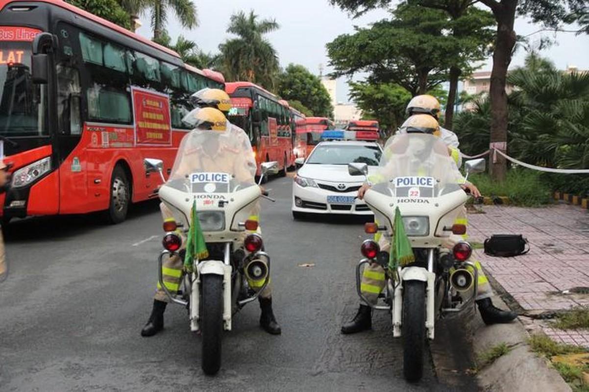 CSGT ho tong 218 tinh nguyen vien Lam Dong vao TP.HCM chong dich-Hinh-8