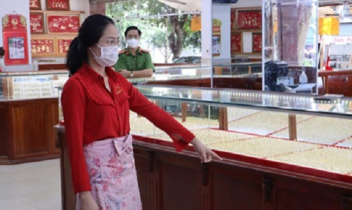 Tin nong ngay 26/9: Hotgirl Binh Phuoc trom 2.380 nhan vang bi khoi to